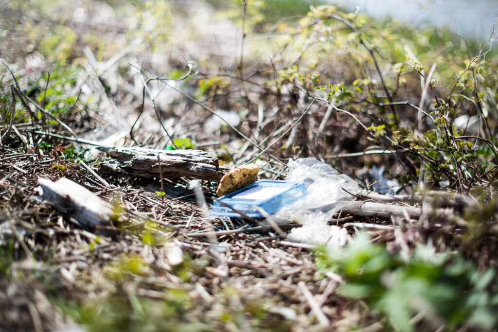 achtergelaten rommel in natuur